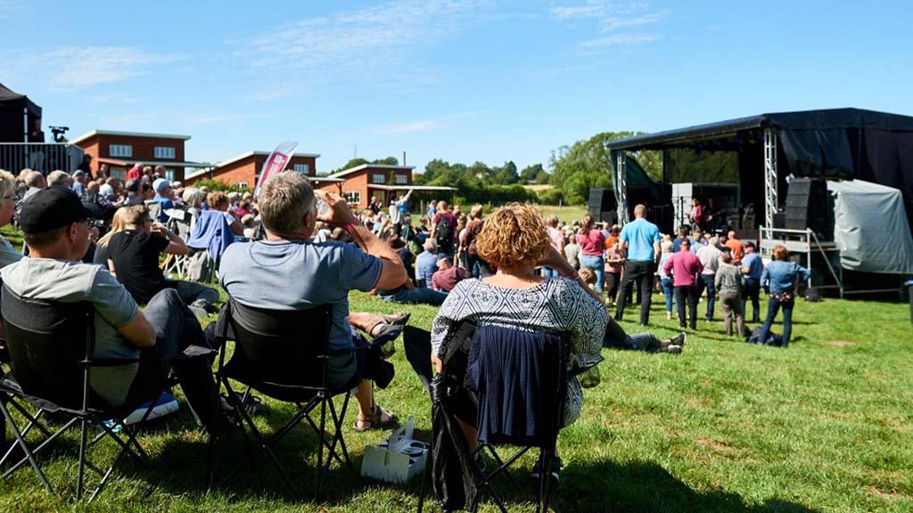 Glade tilskuere ved Ditlevsdal Bison Farm